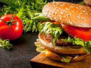 Burger avec haché de boeuf, salade et tomates