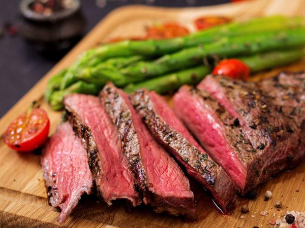 Steak de boeuf cuit en tranches
