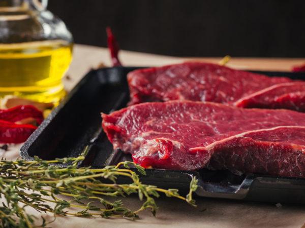 Steak de boeuf prêt à cuire