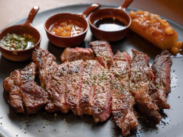 Steak en tranches accompagné de sauces